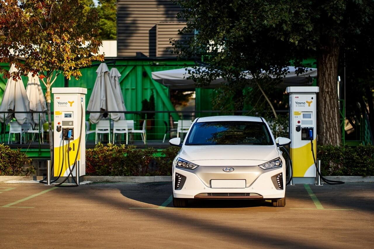 YASNO встановив 6 зарядних станцій в електромобільному хабі UNIT.City