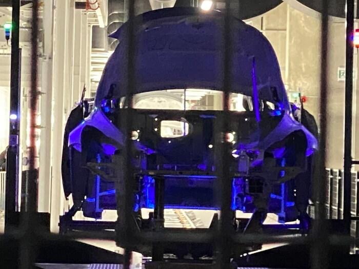 Tesla Model Y в темно-синем цвете